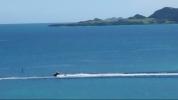 併設ダイビングショップの船はやどの前を通ります。
